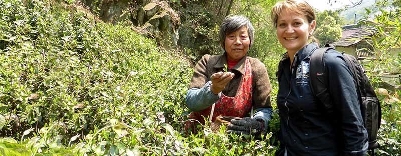 Natalia Panne und eine Teepflückerin in China