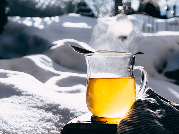 Tee bei Kälte im Winter und bei Schnee